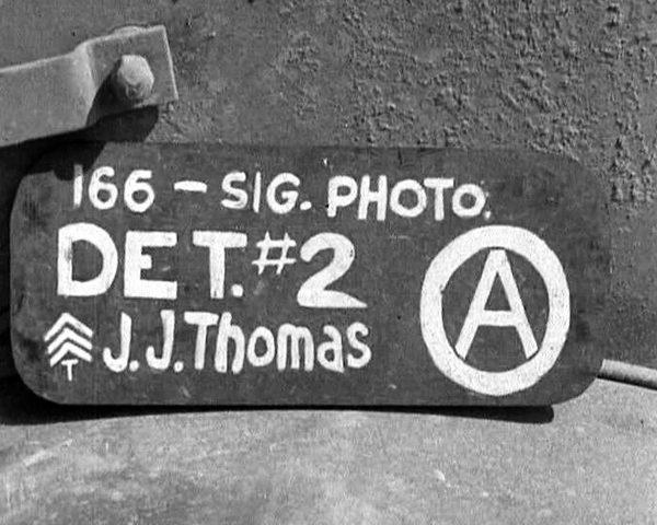 Identifikační tabulka kameramana J. J. Thomase od 166. Signal Photo Company