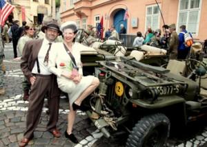 Zaměstnanci velvyslanectví přivítali Konvoj osvobození v dobových kostýmech.