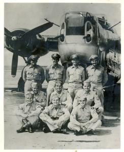 """Nahoře: Thomas K. """"Pappy"""" West (pilot), Thomas Q. Qualman (navigátor), Thomas M. Noesges (B), Edmund A. Kasold (druhý pilot). Uprostřed: Thomas E. Deibert (AG), Trefrey A. Ross (radista), Joseph G. Mergo (horní střelec). Dole: Frank C. Yesia (dolní střelec), Roy L. Doe (dolní střelec), Frederick H. Gaul (palubní mechanik). Srpen 1944."""