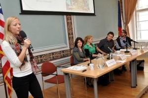 """Zemědělská specialistka velvyslanecví Jana Mikulášová představuje americkou iniciativu """"People's Garden""""."""